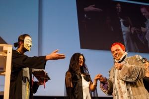 Matrimonio copimista: notare la maschera del 'prete', il reggiseno della sposa, e i capelli dello sposo.