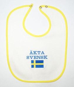 """""""Vero svedese"""". Con bandiera. Su bavaglino. Rabbrividiamo."""