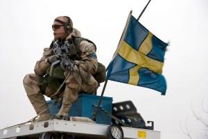 viKisoldato in Afghanistan. Possiamo notare i classici simboli di pace: bandiera, divisa, mitra, sguardo cattivo, etc.